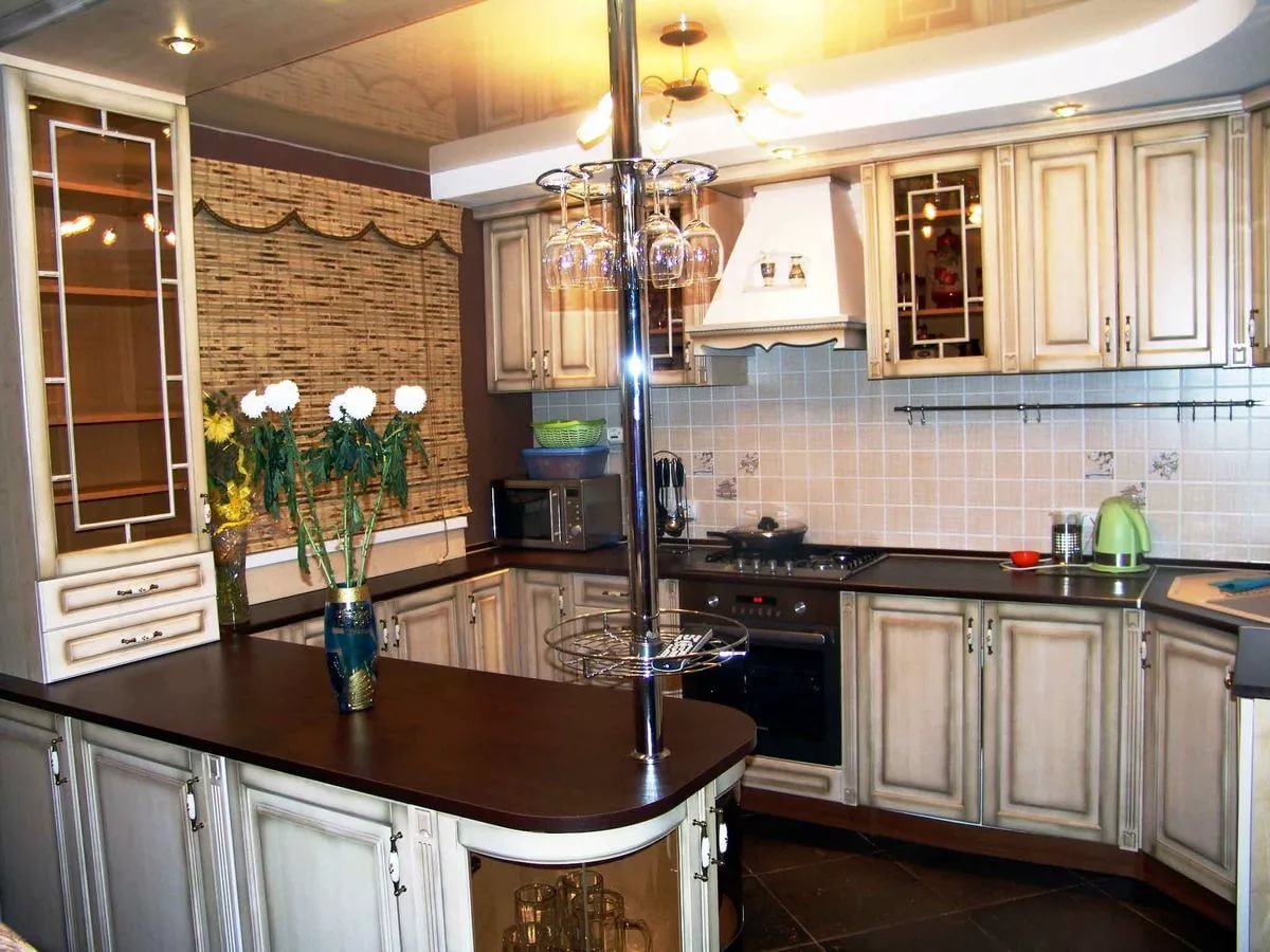 Преимущества барной стойки на угловой кухне