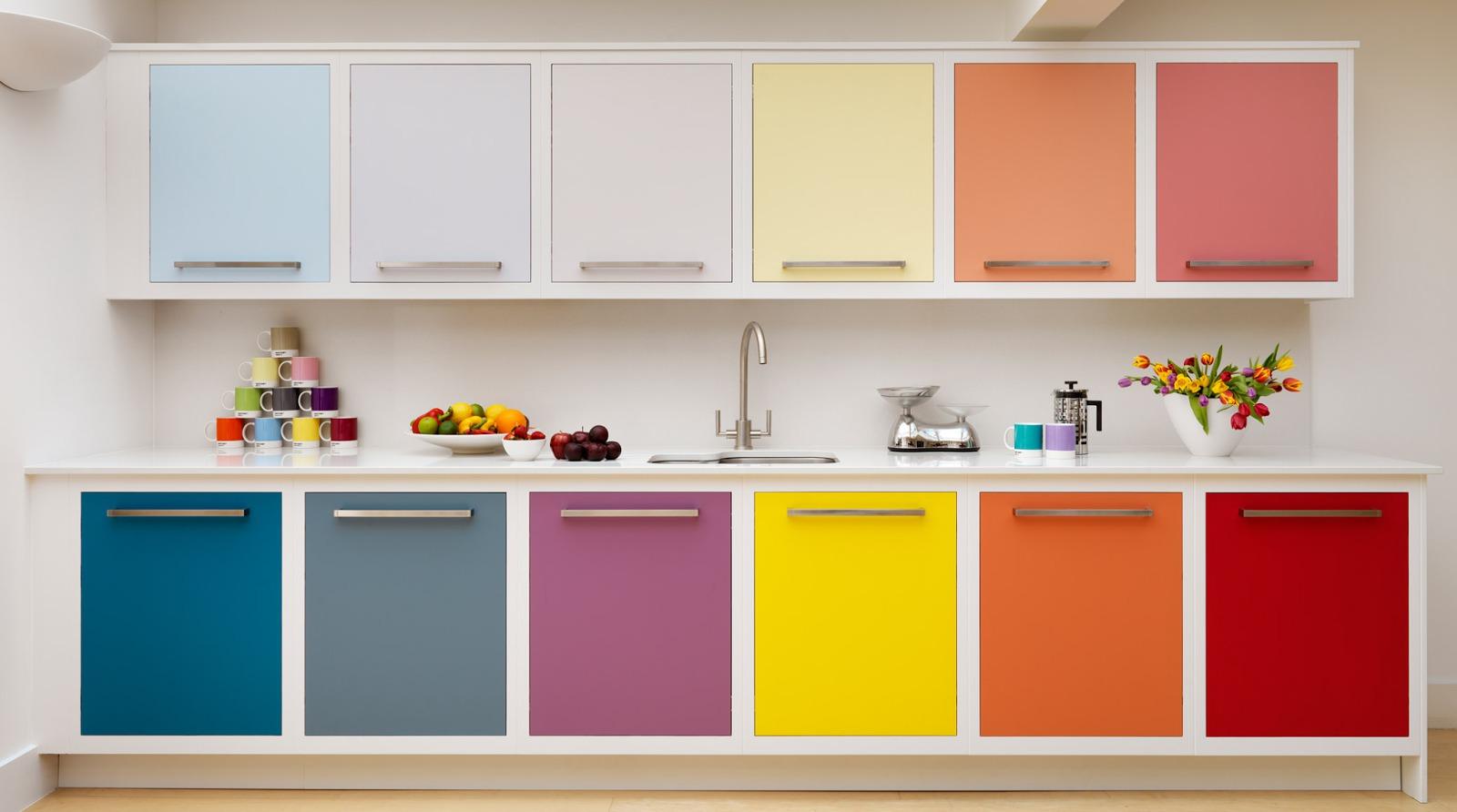 Разноцветная мебель на кухне 6 кв.м