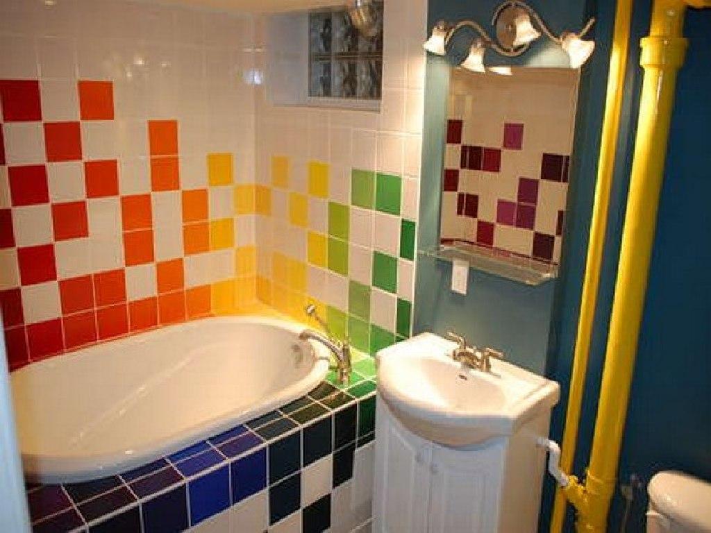 Разноцветное оформление маленькой ванной