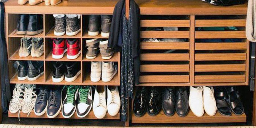 Расположение обуви в мужской гардеробнной