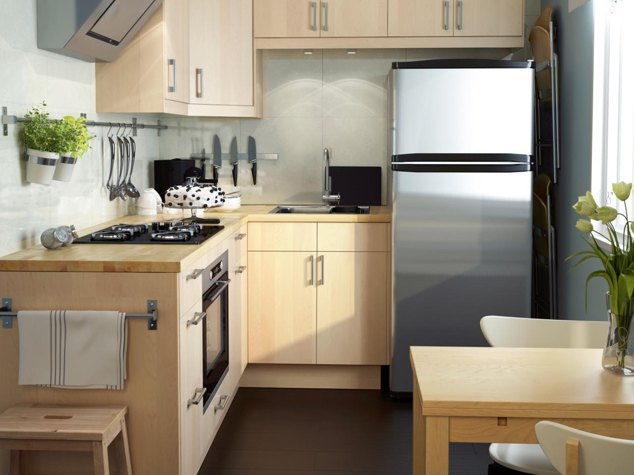 Светлая мебель в дизайне кухни 6 кв.м