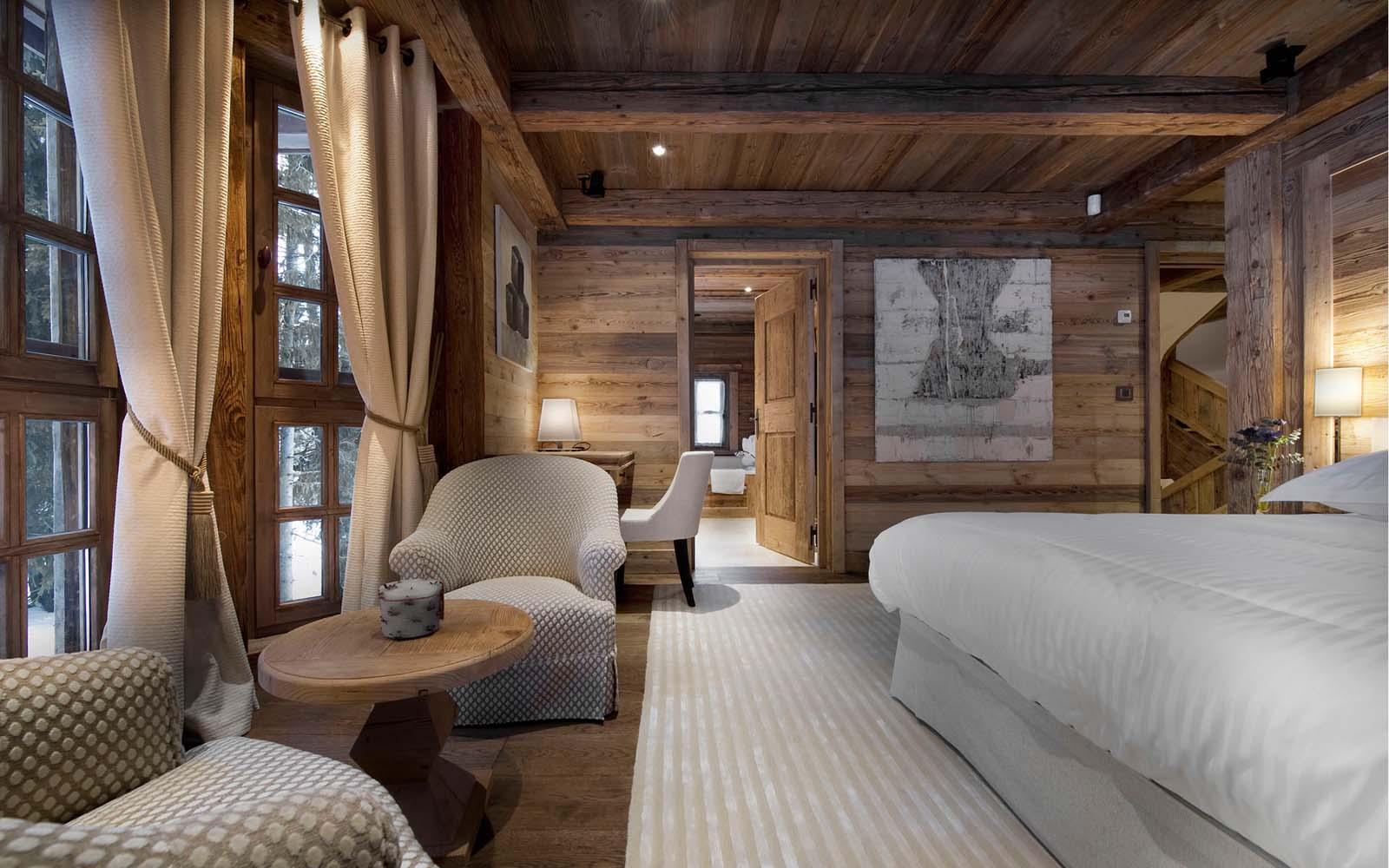 Светлая мебель в интерьере деревянного дома