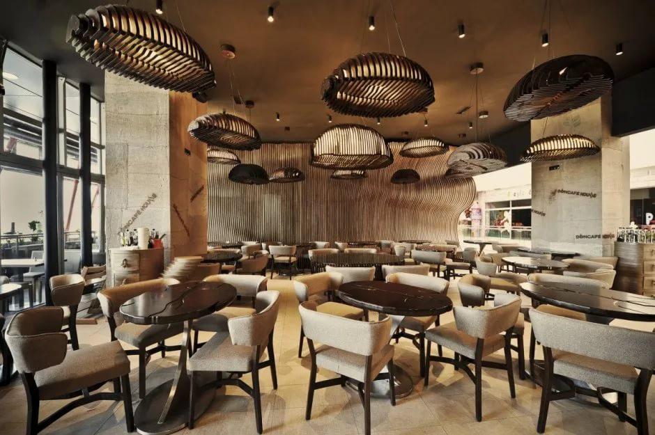 Светлая мебель в интерьере кофейни