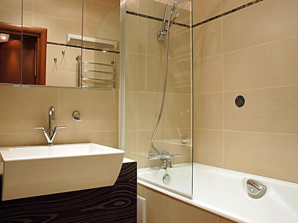 Светлая плитка в интерьере маленькой ванной