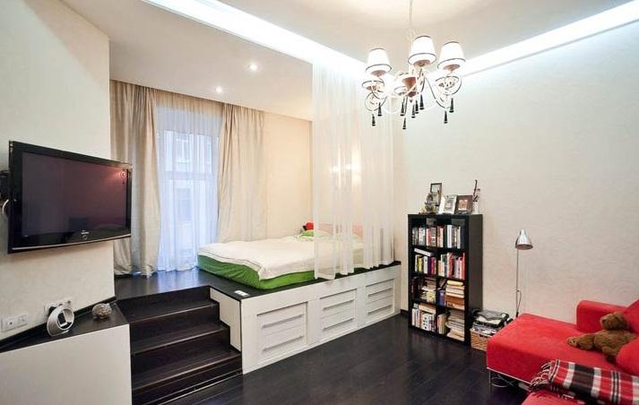 Спальня на подиуме в однокомнатной квартире
