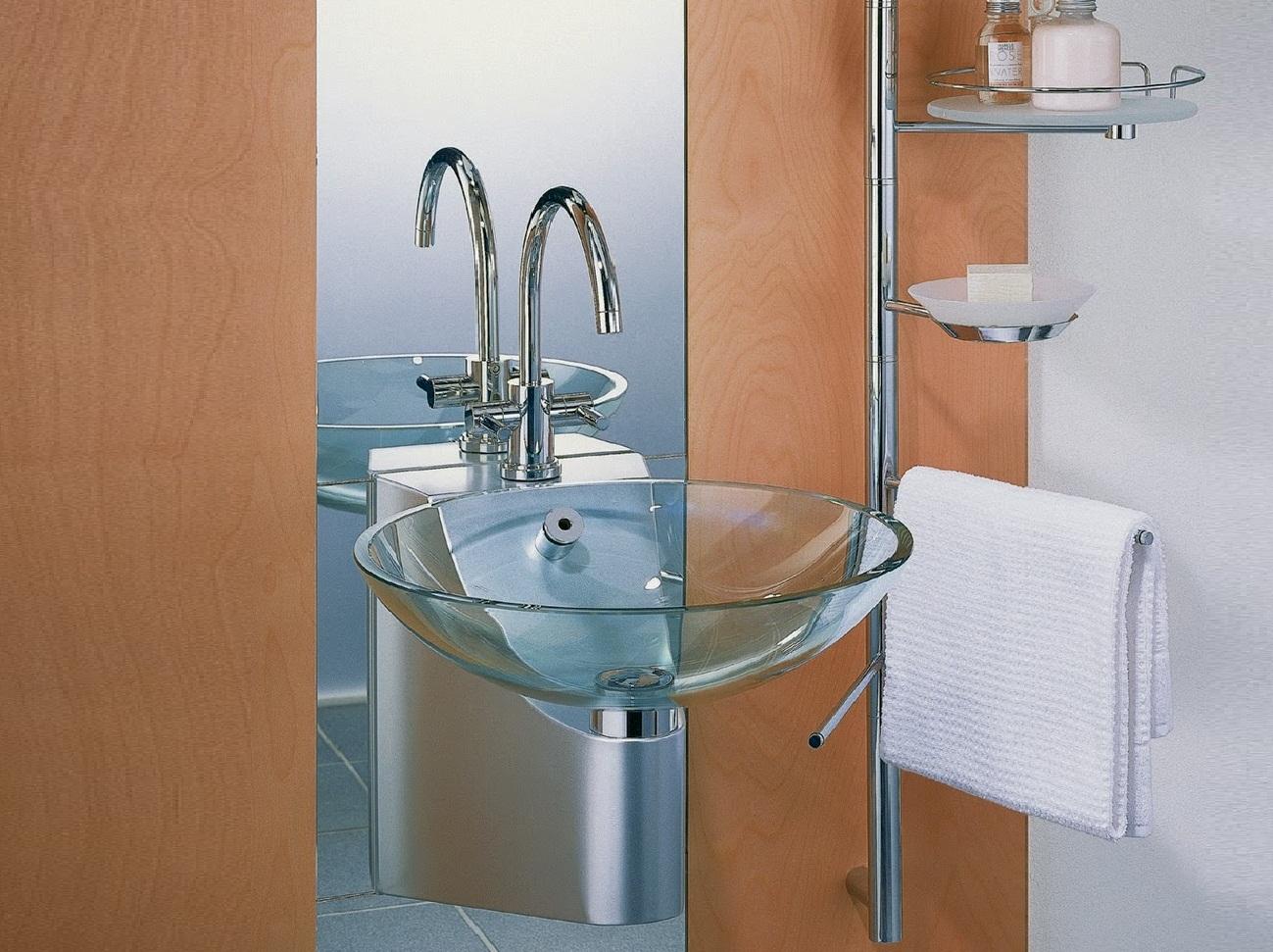 Стеклянная сантехника в ванной