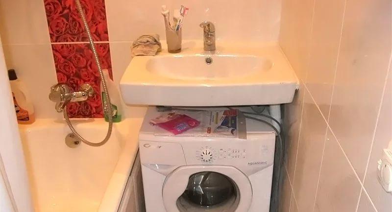 Стиральная машика под раковиной в ванной 4кв.м