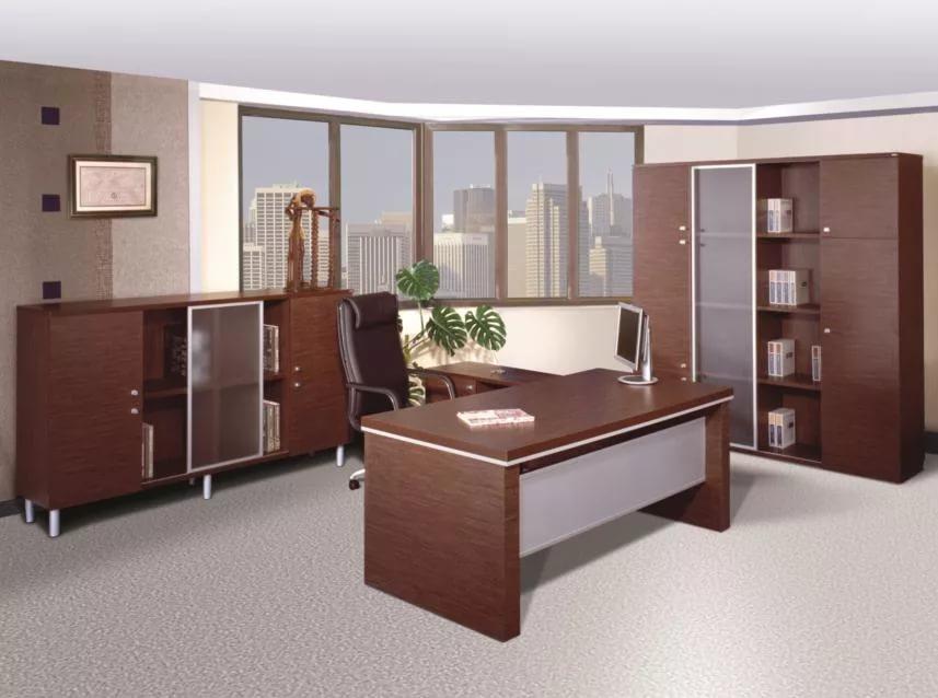 Стол в интерьере офиса