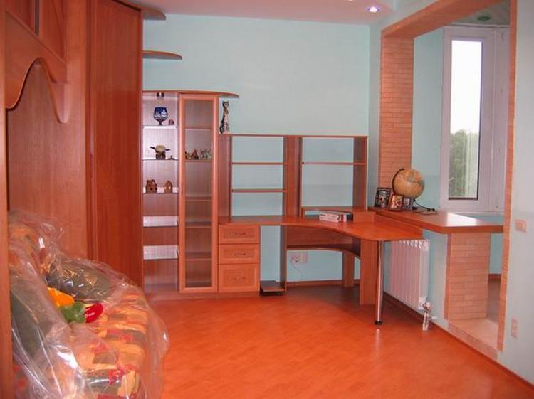 Стол школьника в однокомнатной квартире