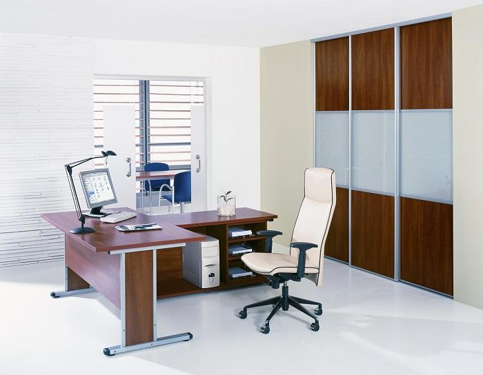 Темная мебель в офисе