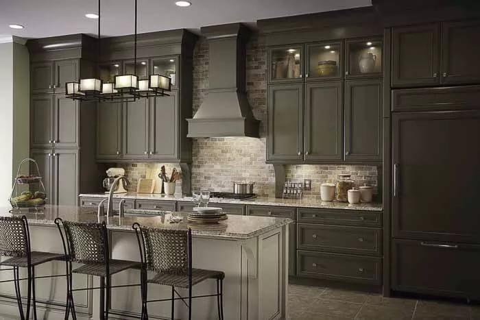 Темная мебель на кухне 9 кв. м. в классическом стиле