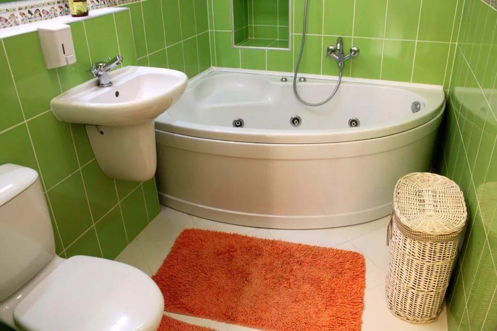 Угловая акриловая ванна в ванной комнате 4кв.м