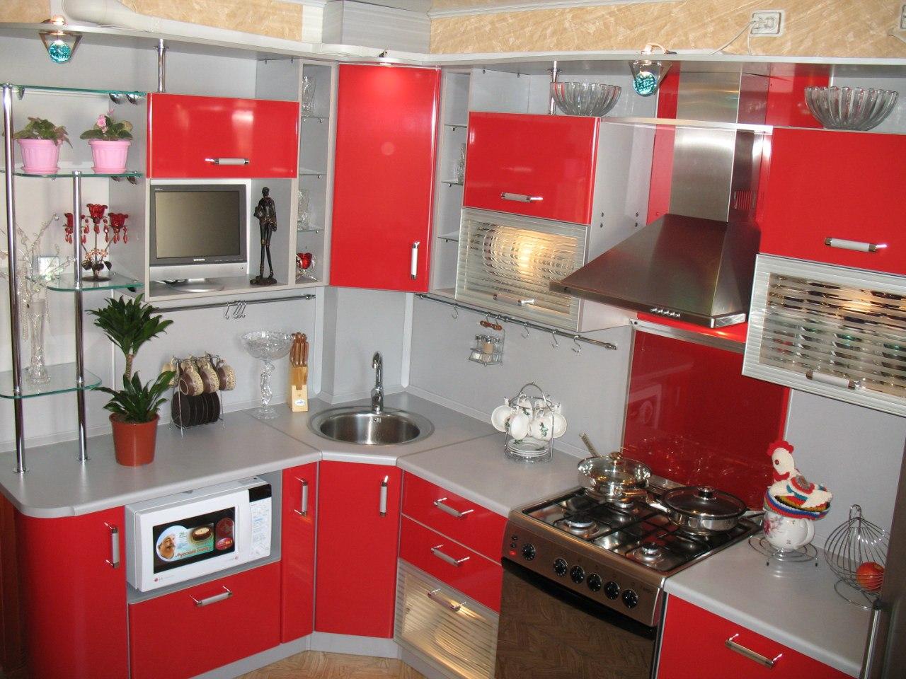 Угловая кухня в маленьком помещении