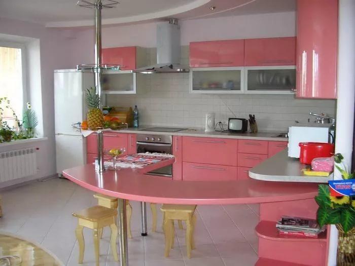 Угловая кухня с барной стойкой в розовых тонах