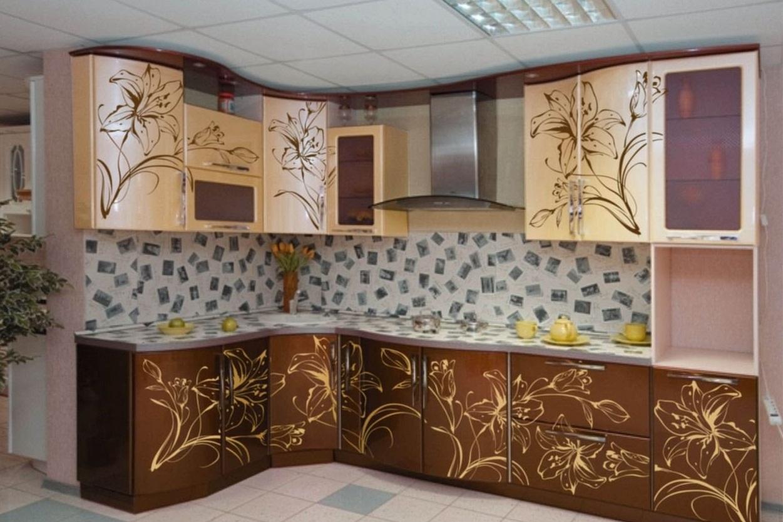 Угловая кухонная мебель с пластиковым фасадом
