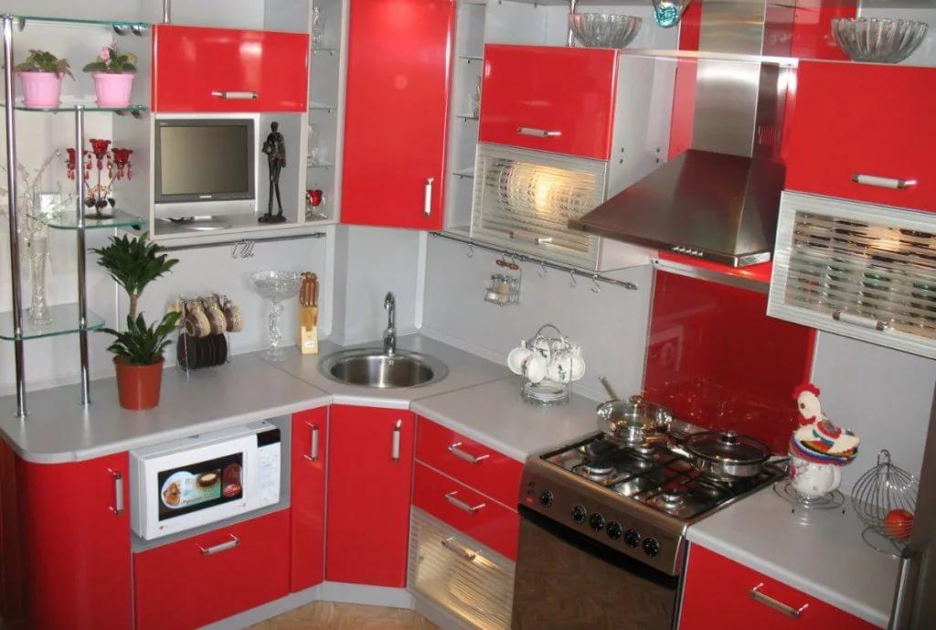 Узкакя мебель в дизайне угловой кухни