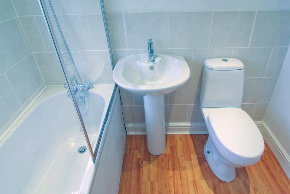 Унитаз в дизайне туалета с ванной