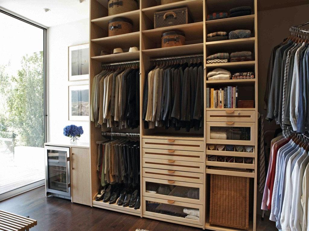Шкафы из натурального дерева в мужской гардеробной
