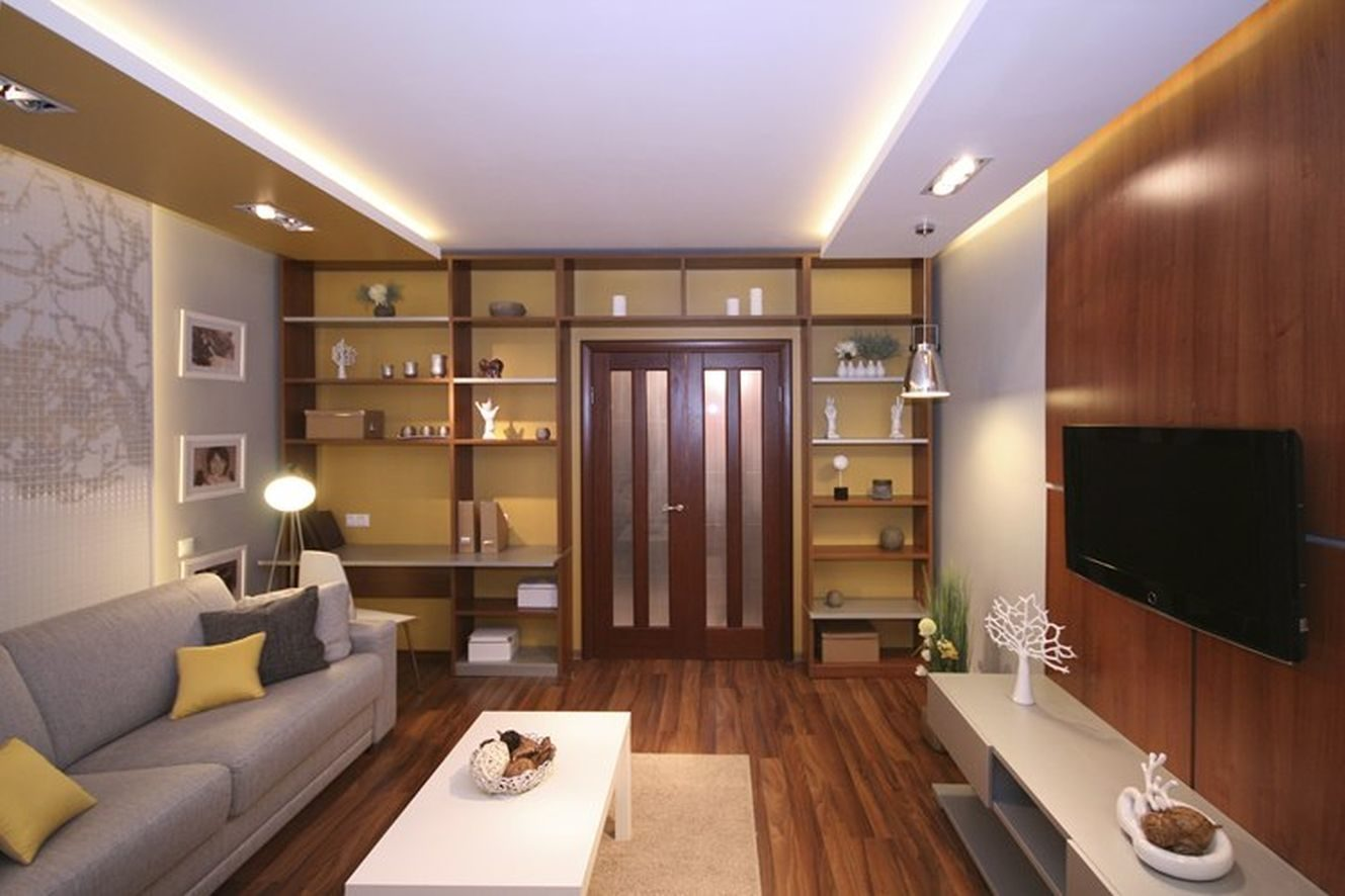 Шкаф вдоль самой короткой стены в гостинной 15 кв.м