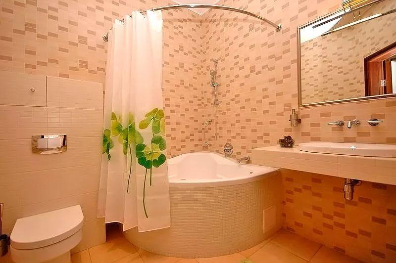 Экран-занавеска из полиэстеровой ткани в ванной 4кв.м