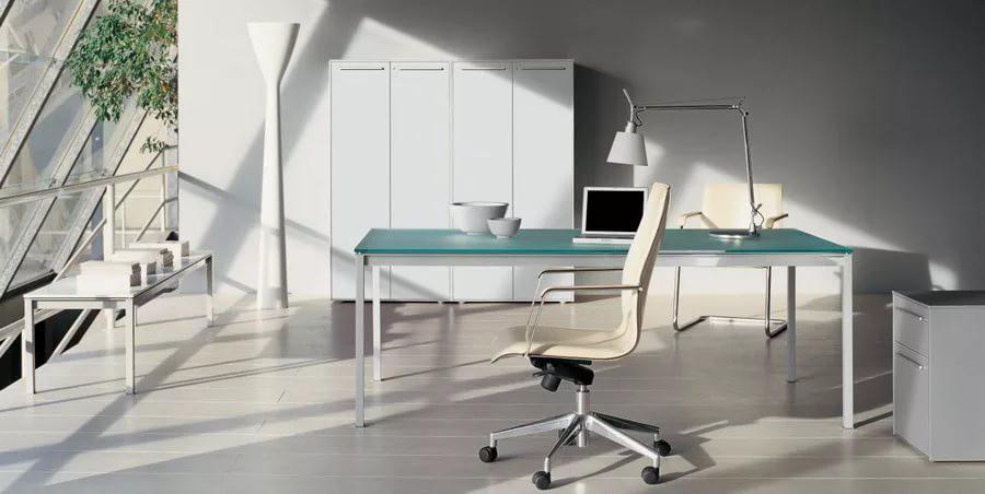 Эргономичное кресло в современном кабинете