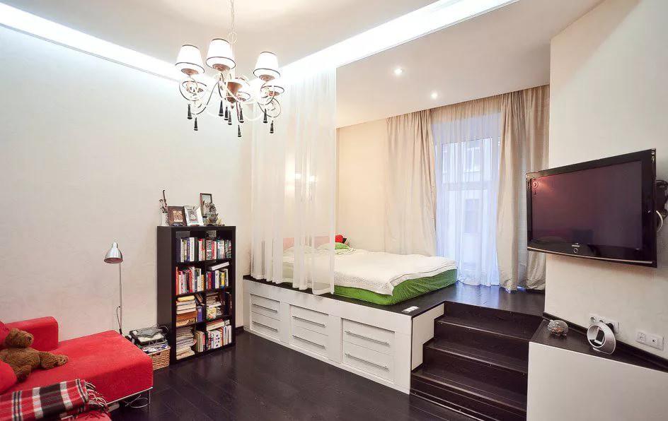 кровать с выдвижными ящиками в квартире-студии 25 кв. м