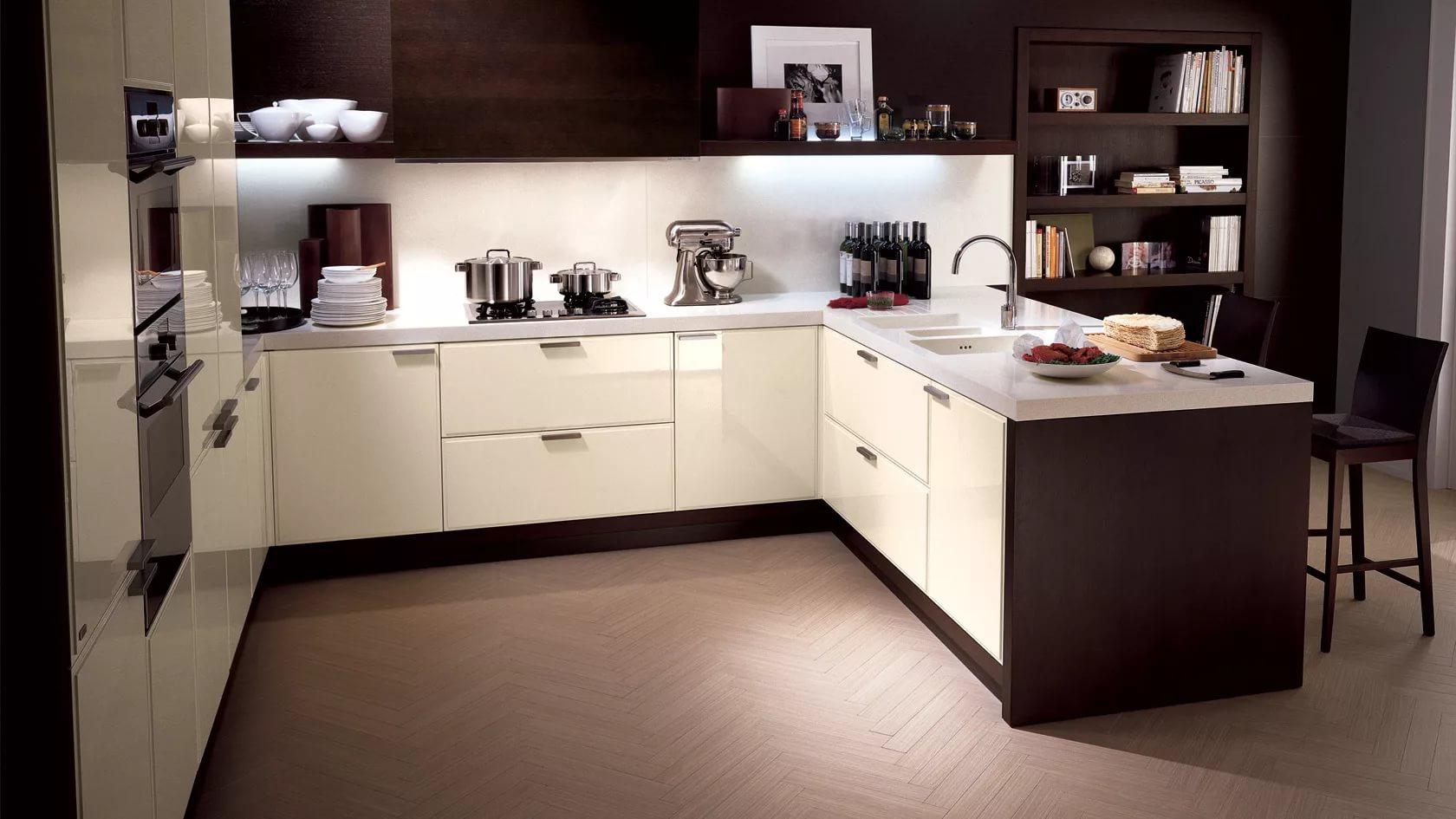 F- образная расстановка мебели в угловой кухне