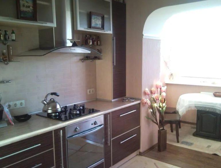 Вариант дизайна кухни 10 кв.м. с балконом