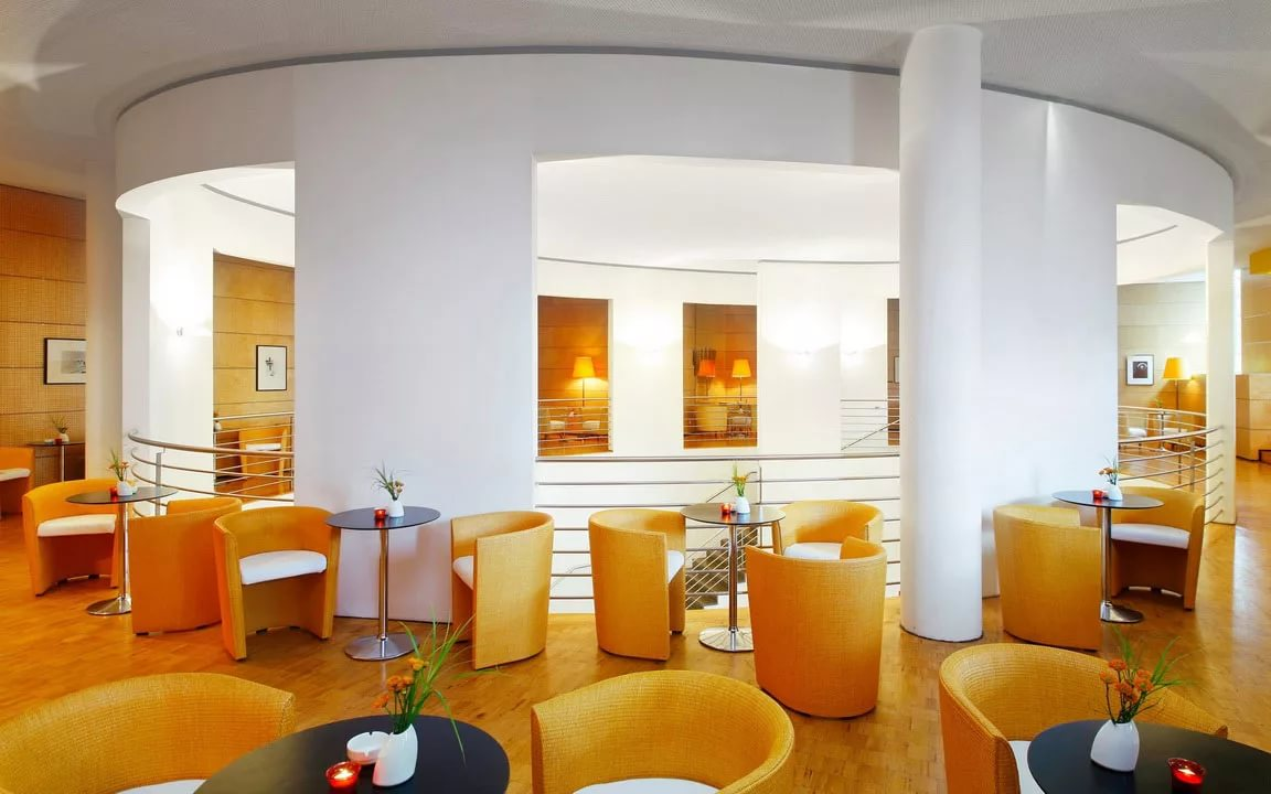 Интерьер кафе в оранжевых тонах