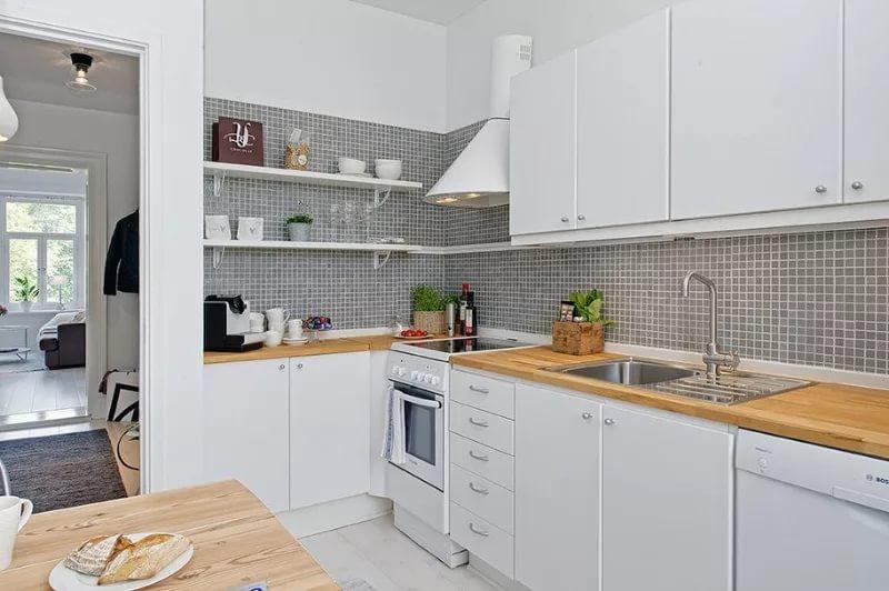 Кухня в однокомнатной квартире в светлых тонах