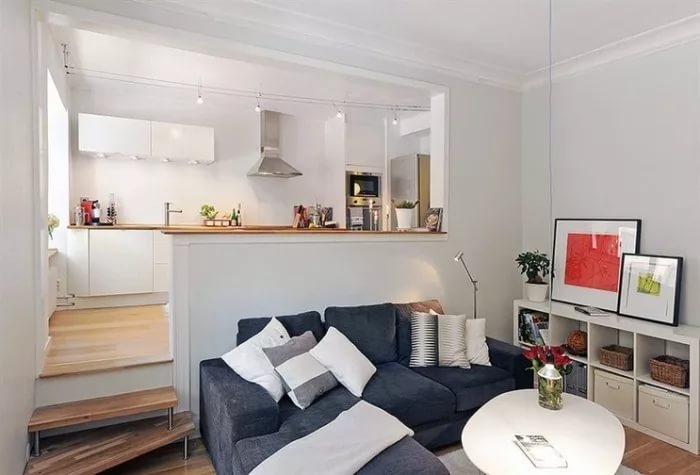 Кухня на подиуме в дихайне трехкомнатной квартиры