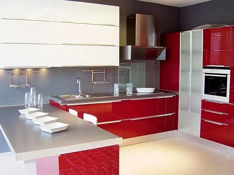 Кухня 10 кв.м. в красно белых тонах