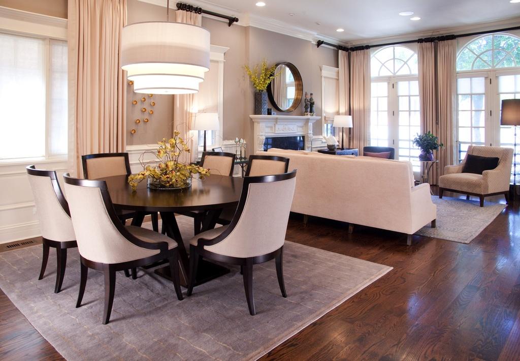 Обеденный стол в квартире-студии