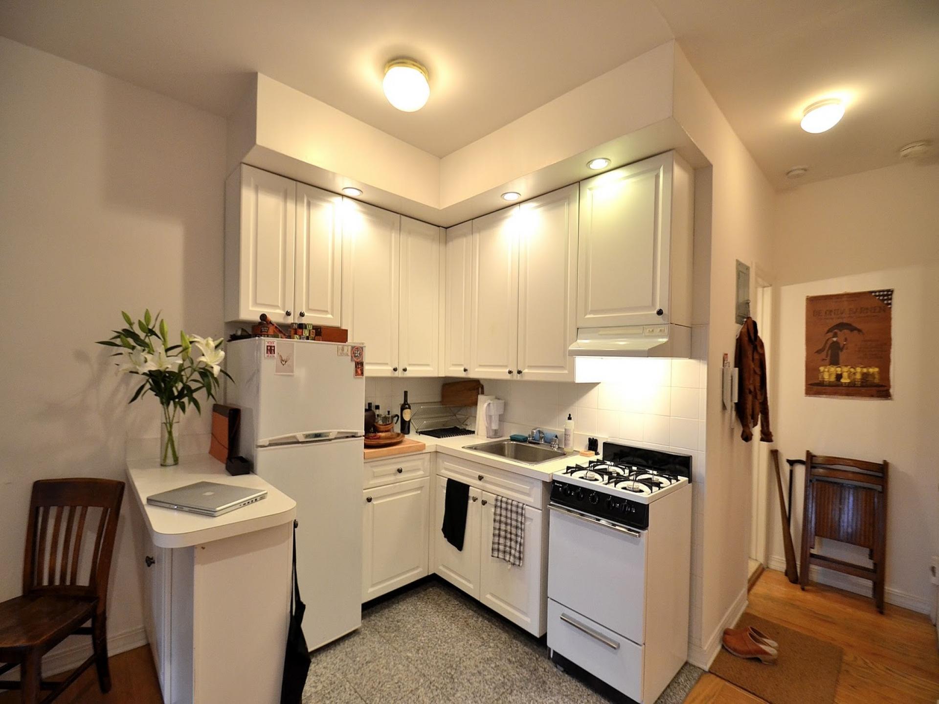 Общее и локальное освещение на кухне в однокомнатной квартире