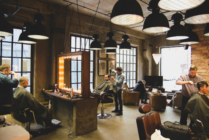 Окна в интерьере мужского салона красоты в стиле лофт