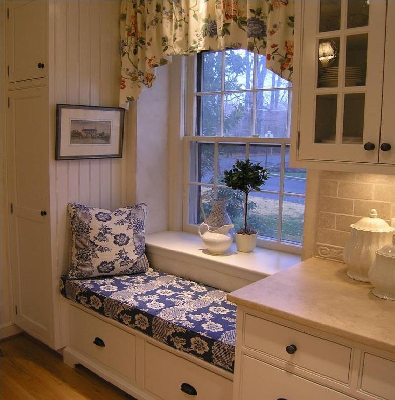 Оргинальный диванчик на кухне в однокомнатной квартире