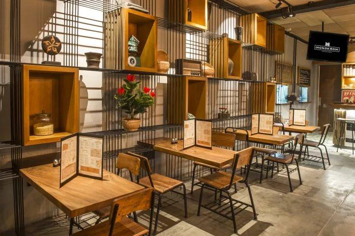 Оригинальный интерьер кафе с деревянной мебелью