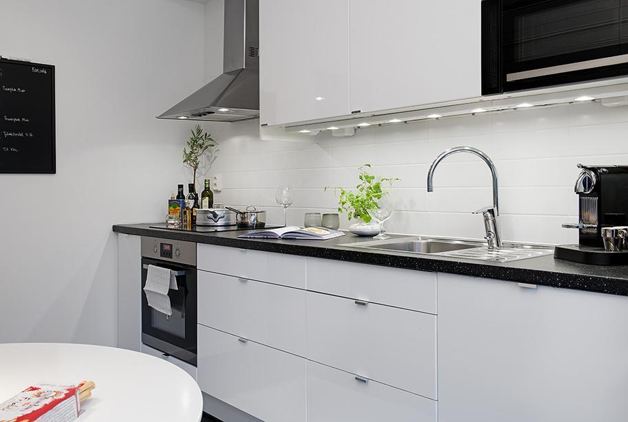 Оформление кухни 10 кв.м. в контрастных тонах