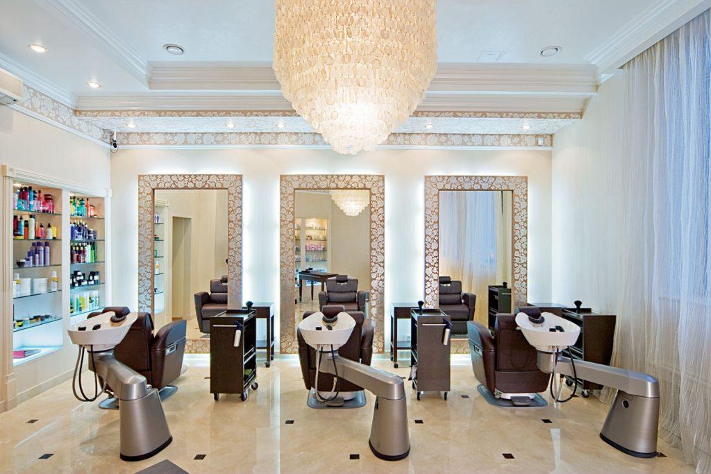 Парикмахерский зал в салоне красоты