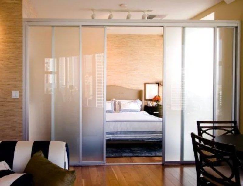 Перегородки из стекла в дизайне малогабаритной квартиры