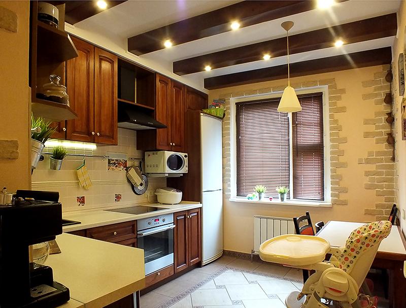 Потолочные светильники в интерьере кухни 10кв.м