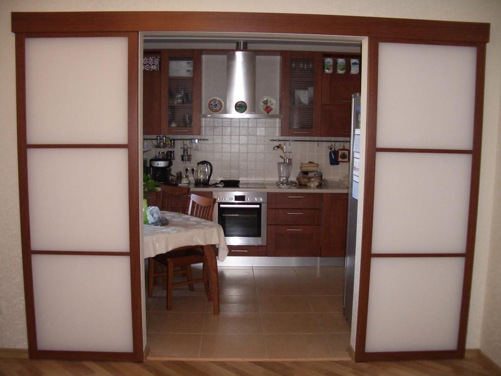 Раздвижная дверь на кухне 10 кв.м.