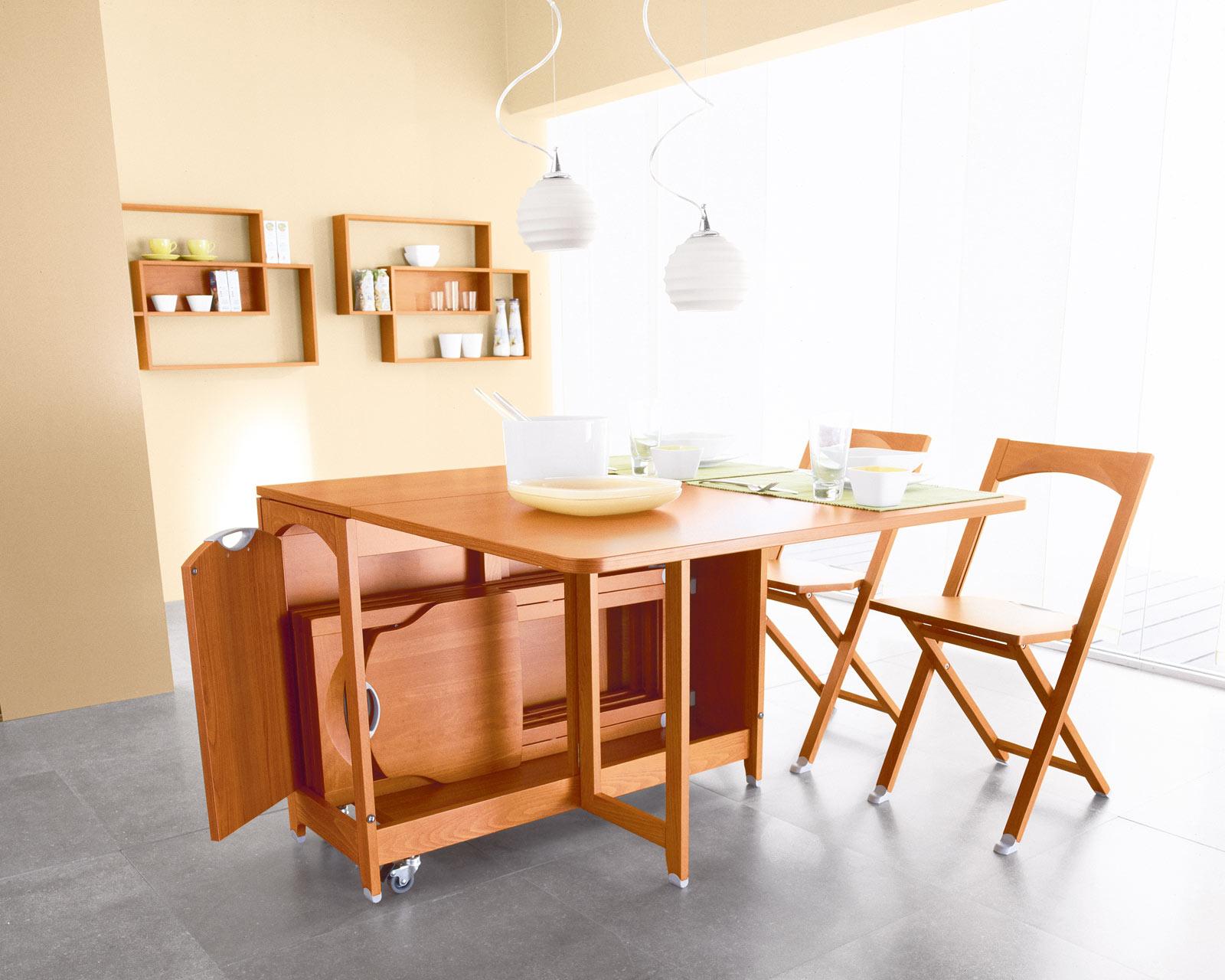 Складной стол и стулья на кухне в однокомнатной квартире