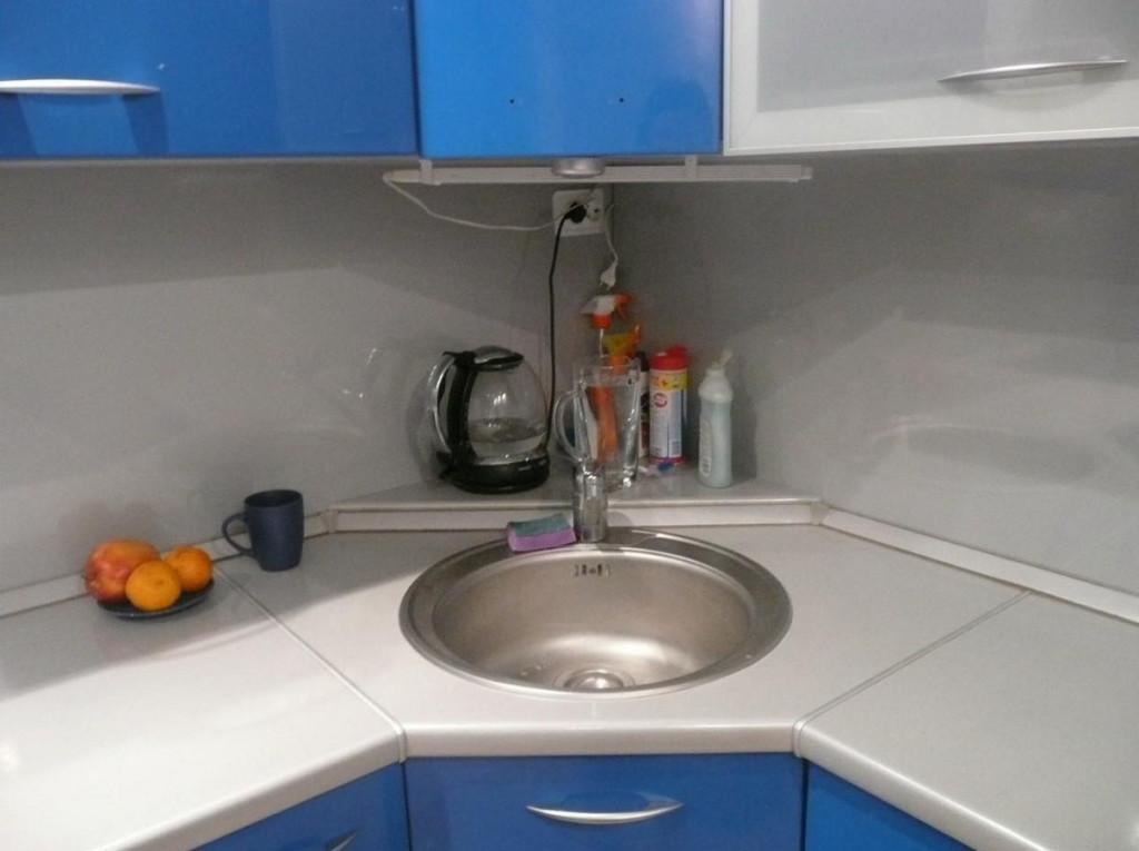Угловая мойка на кухне 10 кв.м
