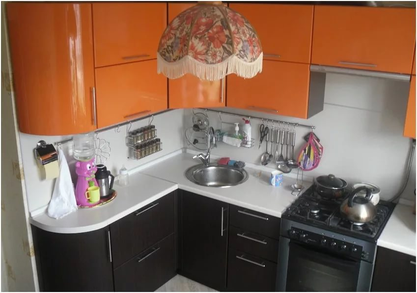 Угловая расстановка мебели на кухне в малогабаритной квартире