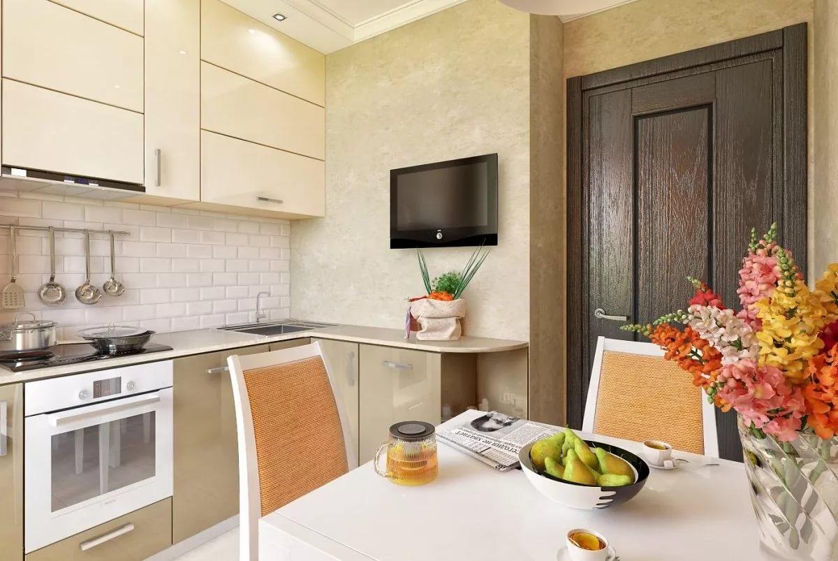 Яркие акцены на светлой кухне 10 кв.м.